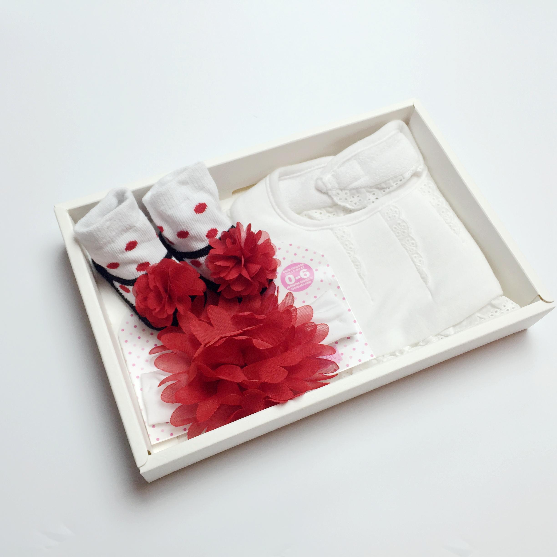 日安朵朵 復古女伶 女嬰配件精選禮盒 (圍兜 頭花髮帶 襪子)