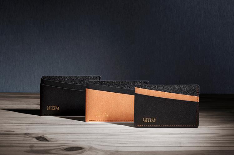 細膩毛氈與溫潤紙革,透過線條的層次,完整呈現極簡的特色.俐落的隔層與拼接,完美詮釋都會簡約感,隱藏式夾層,讓低調品味更具時尚巧思.不論是商務會議或是約會場合,都是襯托品味的獨特設計