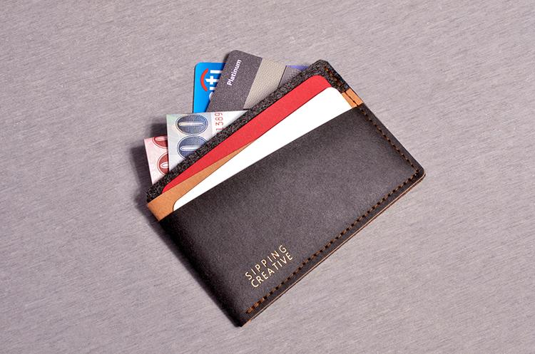 中間貼心隱藏隔層設計,更可容納鈔票,方便簡約,率性約會輕裝上陣。