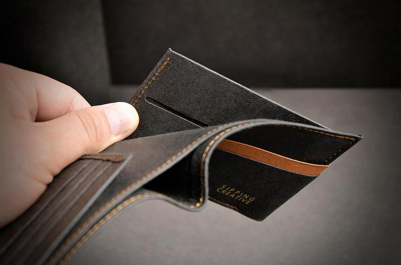 【隱藏票卡層x2】於左右夾式分類層內設有隱藏票卡層,可收納重要證件,保護個資不外漏