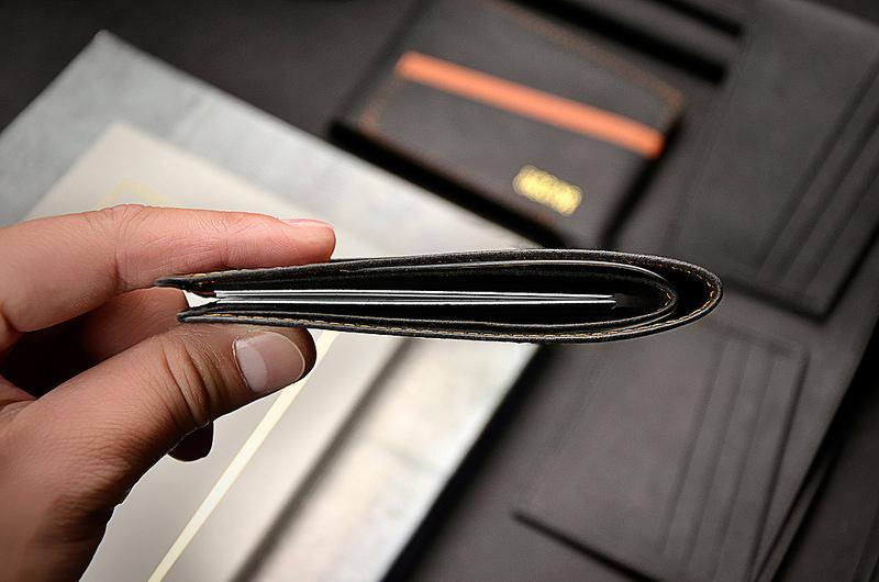 獨特的紙革材質,擁有39克的輕盈重量,放一樣多的卡片鈔票,就是比一般的皮夾來的輕薄
