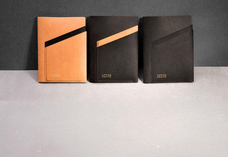 細膩的毛氈搭配溫潤紙革,輕巧耐用,透過線條的層次堆疊,完整呈現極簡的時尚態度。俐落的隔層設計與材質運用,完美詮釋職人手作的細緻,與簡約的都會質感。
