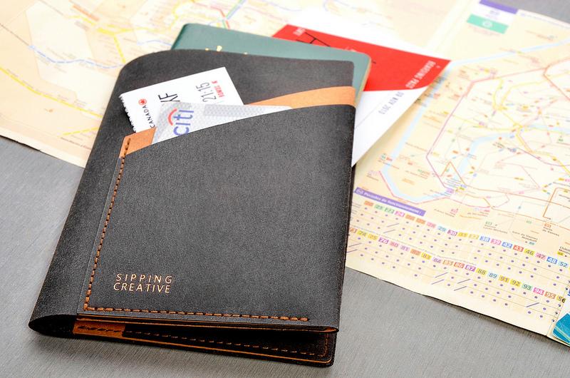 封面雙隔層設計,機票、登機證、旅遊簡介等票券小物皆可妥善收納。