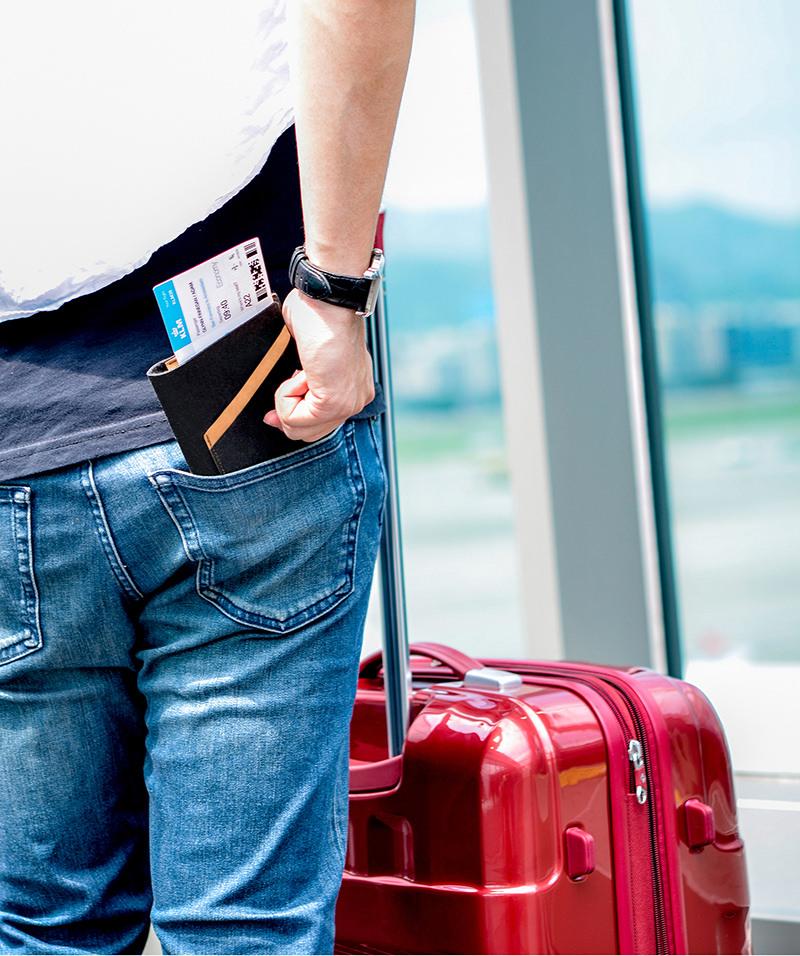 【可放進口袋的旅行管家】輕薄小巧的身形,牛仔褲口袋. 大衣外套都能輕鬆放入,重要證件不離身,從容體驗旅途中的美麗時光。