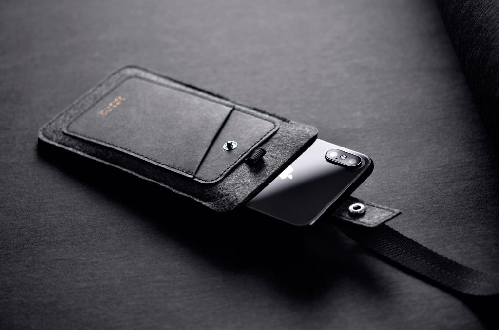 :::防掉釦帶,使用更安心::: 大開口,拿取與收納手機,方便順手! 嚴選厚實溫潤的毛氈,提供手機套絕佳的保護!
