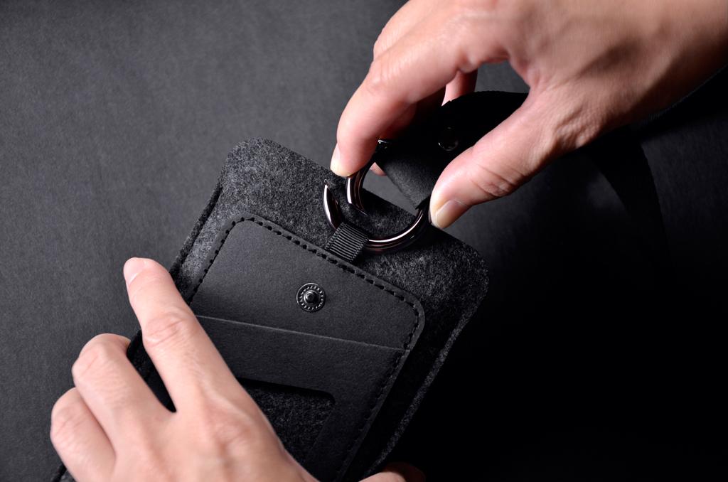 快拆圓形鈎可頸掛/腰掛/掛包包, 提供多種使用變化。 1.頸掛手機套,換面使用,只需將鈎環扣至另一面即可,輕鬆簡便! 2.取下頸繩只使用圓形鈎,即可腰掛或掛於包包上!