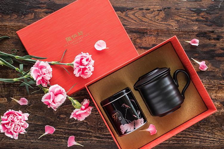 一份茶香、一份閒情,喝茶、品茗、不再是一件繁瑣事了。 不用複雜的器具,沒有繁縟的規矩,只需一組陶作坊同心杯組, 即可隨時享受一份自在、一杯好茶。