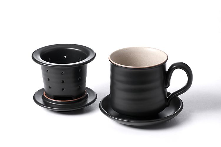 同心杯斜置瀝水的內膽設計, 可跨在杯口上不滑落,並考慮到置茶量,待茶葉瀝乾,取下置於杯蓋, 即可輕鬆自在享受一杯好茶。