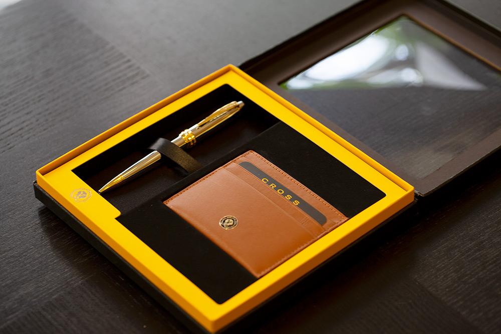 【6/13~6/19春季精品8折】【可雷雕】美國 CROSS Bailey 貝禮系列 金鉻原子筆+棕褐色證件卡夾套禮盒
