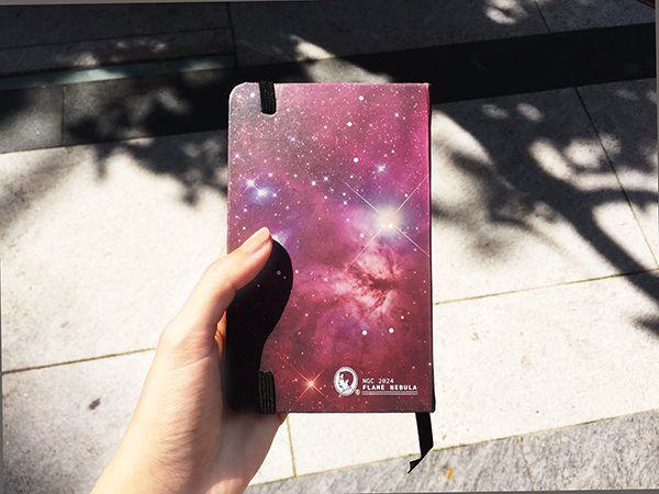 筆記本反面的是火焰星雲 (NGC 2024)