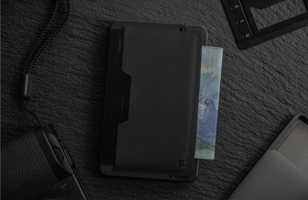 【極簡質感外型】 堅持選用優良Vegan皮革,融合ZENLET一貫極簡的設計美學,打造出僅3mm厚度的多功能輕巧配件。